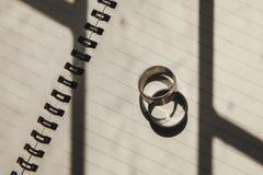 Obrączki ślubne umieszczać na książce Zdjęcie Royalty Free