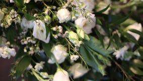 Obrączki ślubne w ślubnej bukiet pannie młodej zdjęcie wideo