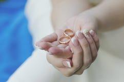 Obrączki ślubne w rękach szczęśliwa panna młoda Fotografia Royalty Free