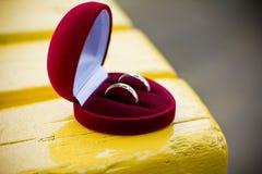 Obrączki ślubne w serca pudełku Fotografia Stock