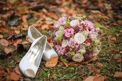 Obrączki ślubne wiesza na roślinie Obrazy Stock