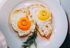 Obrączki ślubne z śniadania dwa jajkami smażącymi Zdjęcie Stock