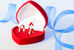 obrączki ślubne z dekoracją fotografia stock