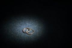 Obrączki ślubne z punktu światłem Obrazy Royalty Free