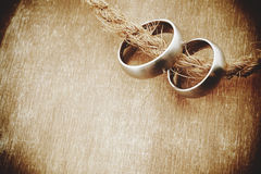 Obrączki ślubne z starym drewnianym tłem Fotografia Stock