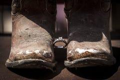Obrączki ślubnej i cowgirl buty Fotografia Stock