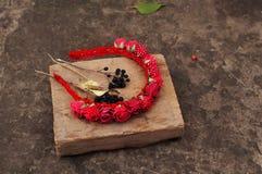 Obręcz od kwiatów, wianek z barwionymi kwiatami Handmade kwiatu wianek na plenerowym metalu stojaku akcesorium Sztuczni kwiaty, b Zdjęcia Stock