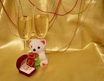 Obrączki ślubne, szkła z iskrzastym winem, mokietu niedźwiedź zdjęcie royalty free