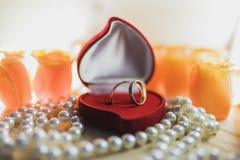 Obrączki ślubne z klejnotem w prezenta pudełku na perłach obrazy stock