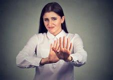 Obrażająca kobieta pyta zatrzymywać obrazy stock