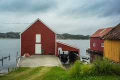Obra clásica, casa noruega roja y barco Fotos de archivo libres de regalías