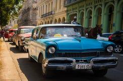 Obra clásica cubana del taxi imagen de archivo