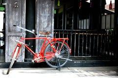 Obra clásica roja de la bicicleta del vintage Imagenes de archivo