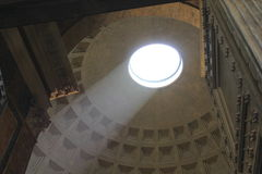 Obra-prima arquitetónica antiga do panteão em Roma, Itália Dentro da vista, perspectiva incomum Fotos de Stock Royalty Free