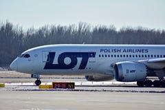 Obracać z lewej strony fartuch po lądować Płaski linii PLL udział przy lotniskiem w Warszawa obraz stock
