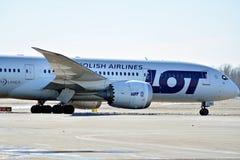 Obracać z lewej strony fartuch po lądować Płaski linii PLL udział przy lotniskiem w Warszawa obrazy royalty free