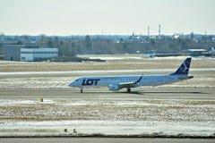 Obracać z lewej strony fartuch po lądować Płaski linii PLL udział przy lotniskiem w Warszawa zdjęcia stock