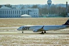 Obracać z lewej strony fartuch po lądować Płaski linii PLL udział przy lotniskiem w Warszawa obraz royalty free
