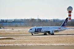 Obracać z lewej strony fartuch po lądować Płaski linii PLL udział przy lotniskiem w Warszawa zdjęcie stock