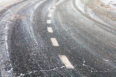 Obraca dalej śliską marznącą drogę w zimie Fotografia Royalty Free