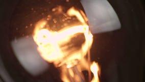 Obraca dalej i obraca daleko, zakończenie retro rocznik żarówka z wolfram technologią obmurowaną na czarnym tle, stary styl zdjęcie wideo