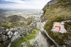 Obraca lewego znaka malującego na kamieniu wskazywać footpath Zdjęcie Royalty Free