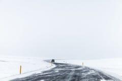 Obracający Islandzką drogę zakrywającą z śniegiem Zdjęcia Royalty Free