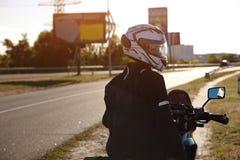 Obracający rowerzysta na jego motocyklu zdjęcia stock
