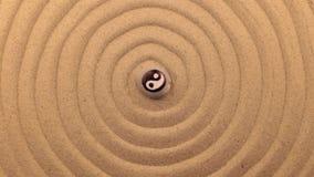 Obracanie biały kamień z Yang znakiem, kłama w centrum spirala robić piasek zbiory