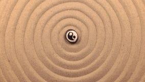Obracanie czarny kamień z Yang znakiem, kłama w centrum spirala robić piasek zbiory