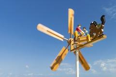 Obracanie przeciw drewniany pogodowy vane z postaciami ludzie i malujący ostrza fotografia stock