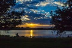 Obramiający zmierzch z piękną linią horyzontu nad jeziornym Zorinsky Omaha Nebraska zdjęcia stock