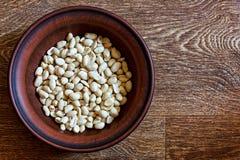 Obrani arachidy w naczyniu na drewnianym stole obrazy stock