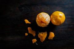 Obrani tangerines na ciemnym drewnianym stole Zdjęcie Royalty Free