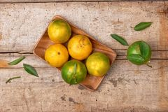 Obrany tangerine i tangerine plasterki na drewnianym stole Zdjęcia Royalty Free