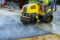 Obras de asfaltagem com os grupos comerciais da estrada do equipamento do reparo foto de stock royalty free