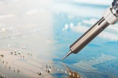 Obras en fase de creación El soldar de la placa de circuito electrónica con los componentes electrónicos Estación que suelda Circ foto de archivo