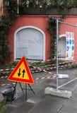 Obras exteriores com sinais de aviso da segurança Foto de Stock Royalty Free