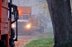 Obras públicas Preste serviços de manutenção a caminhões em uma névoa Fotos de Stock Royalty Free