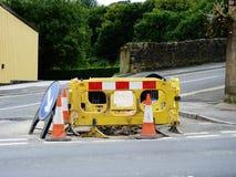 Obras por carretera con los conos de la muestra y del tráfico de la diversión rojos Fotografía de archivo libre de regalías