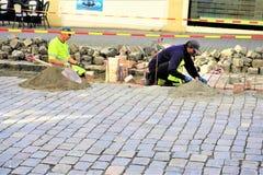 Obras por carretera del guijarro en el verano imagen de archivo