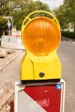 Obras por carretera que advierten el faro anaranjado claro, emplazamiento de la obra, traff fotografía de archivo
