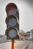 Obras por carretera rojas temporales del semáforo Imagenes de archivo