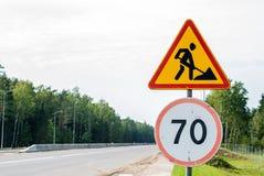 Obras por carretera temporales de la señal de tráfico del tráfico, trabajos a continuación foto de archivo
