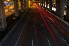 Obraz nocy ulica z kolorowymi światłami Zdjęcia Royalty Free