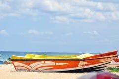 Obrazek łódź na plaży zdjęcia stock