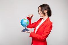 Obrazek ładna kobieta w czerwonym blezerze z ziemską sferą w rękach Zdjęcia Stock