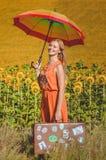 Obrazek żeński mienie tęczy parasol i Obrazy Stock