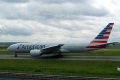 Obrazek American Airlines Boeing na pasie startowym odlot od Paryż CDG dla długiej podróży przez Atlantyk i wokoło obrazy stock