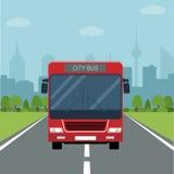Obrazek autobus na drodze z lasową i dużą miasto sylwetką na tle Zdjęcia Royalty Free